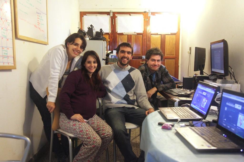 El equipo de trabajo a punto de estrenar La Educación Prohibida en nuestro sitio web. Cintia Paz, Verónica Guzzo, German Doin y Franco Iacomella.